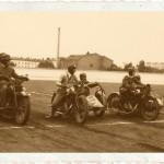 Wyścig sidecarów na warszawskim torze klubu sportowego Legia. Na linii startu od lewej: Harley-Davidson, BSA, BSA. Sierpień 1931 roku.