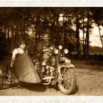 Znany zawodnik z Myślenic Stanisław Hołuj na Harleyu-Davidsonie przygotowanym do wyścigów sidecarów. Koniec lat 20.