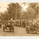 Uliczny wyścig sidecarów. Druga połowa lat 40. Warto zwrócić uwagę na tłumy widzów.