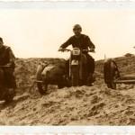 Trzech sidecarowców na motocyklach BMW. Pierwszy od lewej z silnikiem BMW R 75, dwa kolejne z silnikami R 66.