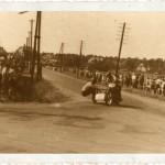 Fragment wyścigu ulicznego w latach 40. Warto zwróci uwagę na technikę jazdy i poświecenie wózkarza.