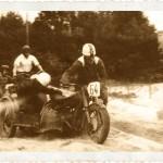 Terenowy wyścigi sidecarów. Pierwszy zawodnik nierozpoznany, z tyłu w koszuli Tomasz Kamiński na Harleyu.