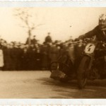 Tadeusz Potajało na motocyklu Vincent Black Lightning podczas jednego z wyścigów sidecarów. Początek lat 50.