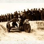Pozostały po wojnie niemiecki wojskowy motocykl BMW R-12 podczas terenowych wyścigów sidecarów. Druga połowa lata 40.