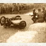 Czasami zdarzało się i tak – kierowca za ostro wziął zakręt lub wózkarz za mało się wychylał. Warszawa, październik 1948 roku. Ogólnopolskie zawody o Mistrzostwo Warszawy.